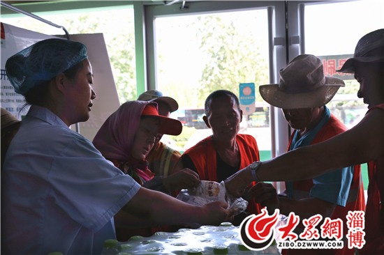 致敬高温下的一线工作人员 张店福兴康复诊所送清凉