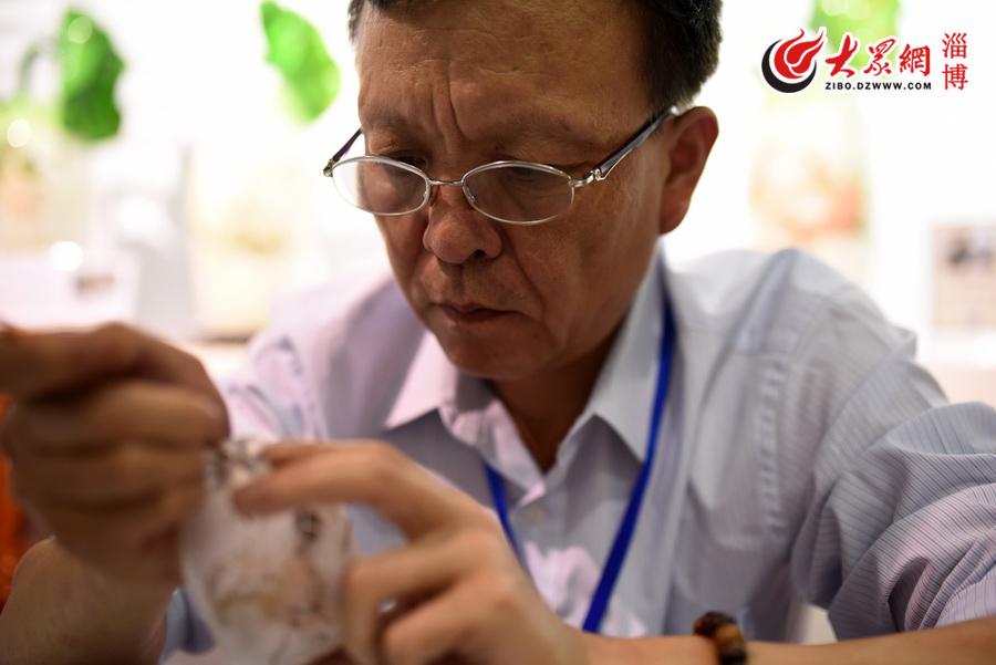 1中国内画艺术大师刘辉正在进行创作。(徐建彬 摄).jpg