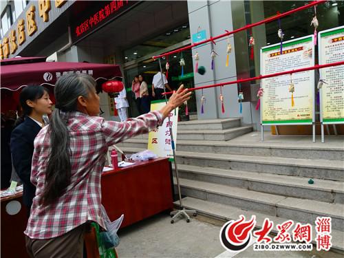 市民参与沙包投掷换香囊活动.jpg