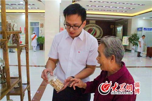 张店区中医院李振宁中药师正在为梁奶奶进行常用药辨认科普.JPG