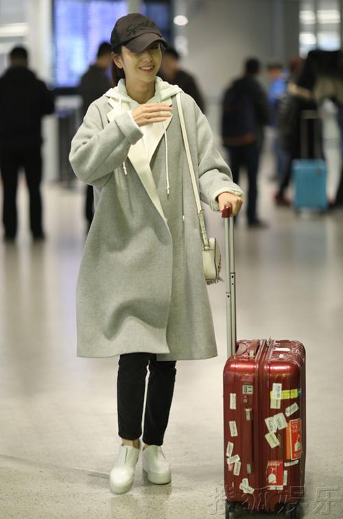佟丽娅素颜现身机场自推行李