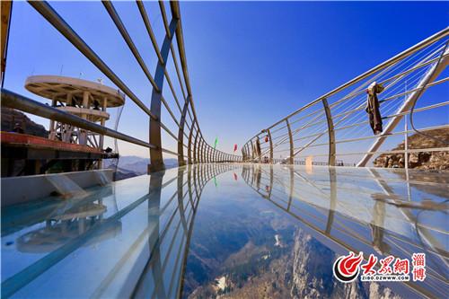 让人期待已久的潭溪山玻璃桥正式对外营业.(孙剑 摄)