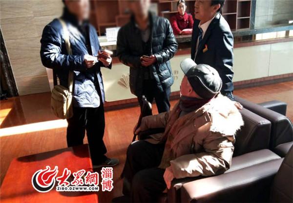 """重庆时时彩官方网址:八十岁老人火车站里""""犯糊涂""""工作人员看护3小时"""